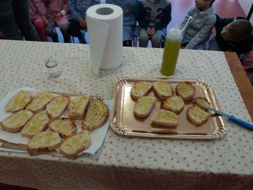 Scuola dell'infanzia via Tito Livio: bruschetta dopo la raccolta dell'olive
